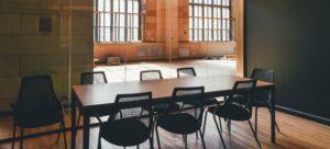Ein Besprechungstisch in einem Industrial-Look Raum